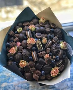 Candy Bouquet Diy, Food Bouquet, Diy Bouquet, Chocolate Gifts, Chocolate Box, Edible Bouquets, Luxury Flowers, Chocolate Bouquet, Food Platters