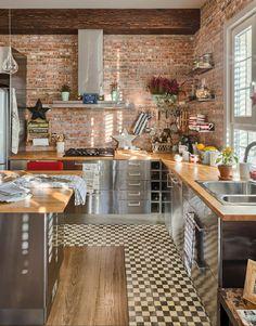 Полки на кухню: смарт-организация кухонного пространства и 75 решений, в которых все на своих местах http://happymodern.ru/polki-na-kuxnyu-foto/ Типичная американская кухня с небольшими открытыми полками