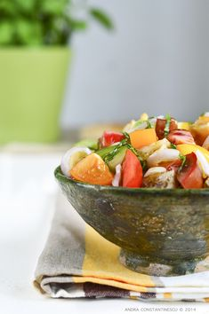 We all know about Panzanella: it's that Italian salad with bread and tomatoes, right? Panzanella: the recipe and evolution of an Italian salad. Tuscan Recipes, Italian Recipes, Italian Bread Salad, Stale Bread, Thin Crust, Food Staples, Heirloom Tomatoes, Tomato Salad, Salads