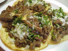 Tacos de cabeza de res Parte importante de los tacos son sus acompañantes como un rica salsa verde o roja, limones, pica cebolla y cilantro.  Tambien se sirven de lengua, cachete, hasta un taco de ojo o de sesos..