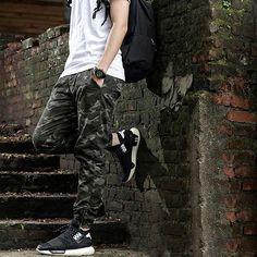 look-masculino-calca-camuflada