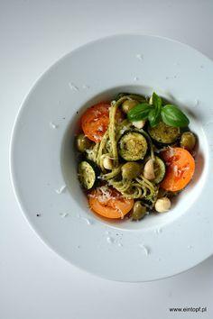 eintopf: makaron z pesto, cukinią, pomidorami, oliwkami i o...