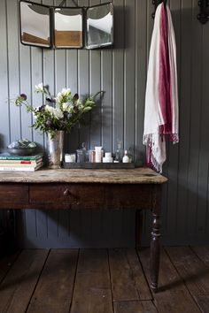 Welcoming hallway, warm timber and relaxed grey walls Photo by Nicole Franzen, @mmarieritter you weren't kidding!