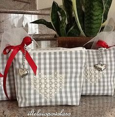 Pochette a broderie suisse