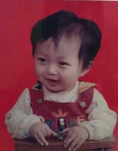 Awwieee baby lay looking so cute omg Yixing Exo, Kyungsoo, Chanyeol, Lay Exo, Exo Ot12, Chanbaek, Fandom Kpop, Xiuchen, Kim Junmyeon