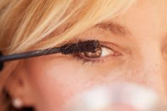 Wondering how to restore dried mascara to its former glory? Beauty gurus share two clever tricks for clump-free mascara. How To Apply Mascara, Mascara Tricks, Applying Mascara, Bambi, Beauty Secrets, Beauty Hacks, Beauty Products, Eye Liner, Skin Products