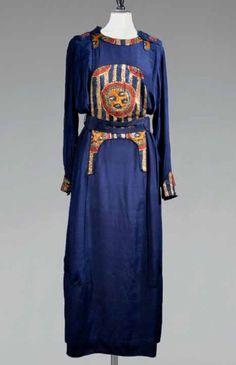 * Robe en soie bleu dur appliquée de motifs orientalistes, encolure ronde soulignée de pattes d'épaule, effet de poignets droits, ceinture 1910 Paul Poiret