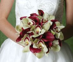 bodas color vino | Ramo de novia con calas color vino y cimbidium color verde.