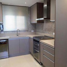 Cozinha lindaaa! Projeto Fernanda Borro Via @maisdecor_ www.homeidea.com.br Face: /homeidea Pinterest: Home Idea #homeidea #kitchen #arquitetura #ambiente #archdecor #archdesign #projeto #homestyle #home #homedecor #pontodecor #homedesign #photooftheday #love #interiordesign #interiores #marcenaria #picoftheday #decoration #revestimento #decoracao #architecture #archdaily #inspiration #cozinha #cozinha #home #casa #piso