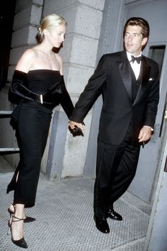 Bessette favored Opera-length gloves to take her minimal gowns to the next level. Getty Images - HarpersBAZAAR.com
