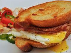 Un sándwich caliente con huevo