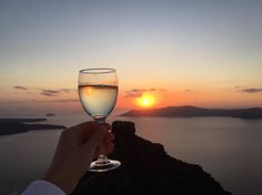 Let's raise a glass to the most amazing sunset in the world! Amazing Sunsets, White Wine, Alcoholic Drinks, In This Moment, World, Glass, Liquor Drinks, The World, Drinkware
