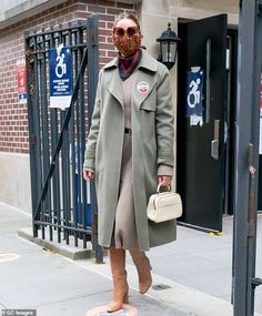 New Street Style, Ny Style, Love Her Style, Olivia Palermo Lookbook, Olivia Palermo Style, What To Wear Fall, How To Wear, Long Grey Coat, Khaki Trench Coat
