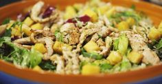 Zodra het zonnetje de kop opsteekt, krijgt een mens trek in een frisse salade. Jeroens slaatje met gemarineerde ananas en kruidige reepjes gebakken kip is dan de perfecte complete maar lichte maaltijd.