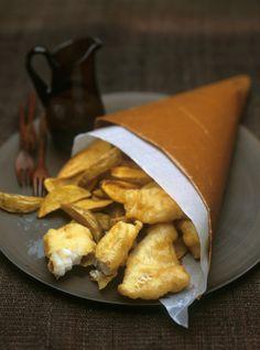 Fish and chips è un piatto tradizionale della cucina inglese, si realizza con patate non sbucciate e filetti di merluzzo: ecco la ricetta.