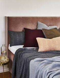 Une multitude de coussins sur le lit