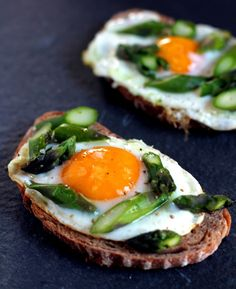 Egg and Asparagus Toasts. Egg and Asparagus Toasts - Simple combination but with a surprise ingredient! Breakfast Time, Breakfast Recipes, Little Lunch, Good Food, Yummy Food, Cooking Recipes, Healthy Recipes, Vegetarian Recipes, Healthy Food