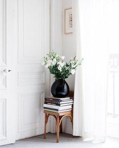 椅子に積まれた洋書の上に、ポンと花瓶を置くだけで絵になってしまいます。白いお花と黒の花瓶のコントラストが甘くなりすぎず◎!