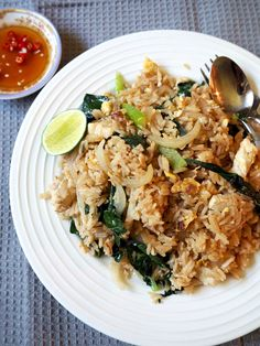 Fried Rice (Khao Pad Gai) Easiest Thai fried rice ever!Easiest Thai fried rice ever! Thai Chicken Fried Rice, Basil Fried Rice, Thai Rice, Vegan Thai Fried Rice Recipe, Thai Recipes, Rice Recipes, Asian Recipes, Dinner Recipes, Cooking Recipes