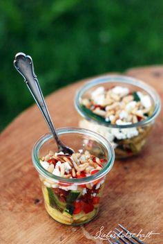 Zum Picknicken und Grillen: Zucchini-Salat mit getrockneten Tomaten und Pinienkernen