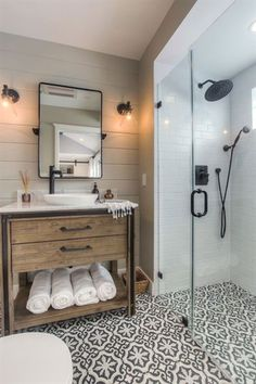 31 Awesome Small Farmhouse Bathroom Decor Ideas And Remodel Rustic Bathroom Designs, Modern Bathroom Design, Bathroom Interior, Bathroom Remodeling, Remodeling Ideas, Budget Bathroom, Modern Bathrooms, Master Bathrooms, Luxury Bathrooms