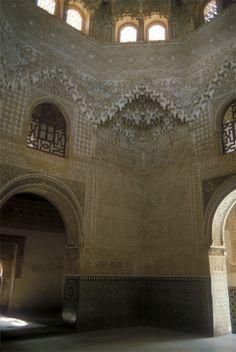 """Salón de Embajadores o del Trono, conocido también como la Sala de los Abencerrajes; ubicada en la Alhambra de Granada. """"Toma el nombre de Abencerrajes por la noble familia rival del rey Boabdil. Según narra la leyenda, Boabdil los hizo asesinar tras un banquete al que los había invitado. Es el salón más suntuoso del Alhambra por los adornos que cubre sus paredes y la elegancia de las puertas de acceso, pero sobre todo por su bóveda de extraordinaria belleza."""""""