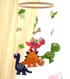 Bienvenido a FlossyTots  Este móvil de dinosaurio es hecho a pedido  Este móvil se compone de cuatro dinosaurios lindos coloridos. Su sido cuidadosamente diseñado, handcut, handstitched por mí mismo utilizando fieltro de mezcla de lanas premium. Sobre cada dinosaurio son hojas y los huesos todos colgando de un aro de madera. Su poco uno se entretiene con estos colores brillante llamativo y también haría un gran broche a su vivero littleones o dormitorio.  El móvil viene con 4 de cuerda de…