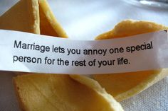 """Biscoitinho da sorte: """"o casamento permite que você irrite uma pessoa especial pelo resto da sua vida."""""""