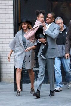 Beyonce And Jay Z Take Blue Ivy To Watch Annie And She Waves To Fans! | OK! Magazine