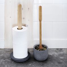 Berkenhouten toiletrolhouder van Iris Hantverk, met een voet van zacht beton. Wij zijn fan!