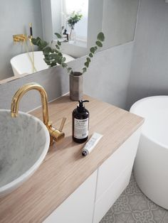 One part that can make your Scandinavian bathroom look extra appealing is the sh. One part that can make your Scandinavian bathroom look extra appealing is the shower drape. The fol Bathroom Plants, Bathroom Toilets, Concrete Bathroom, Downstairs Bathroom, Bathroom Faucets, Scandinavian Tile, Black Tub, Pink Vanity, Room Tiles