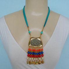 Colar colorido feito com contas acrílicas coloridas metale abs dourado. R$ 14,00