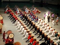 This is a Japanese drum line! There was a Japanese drum line. The different kinds of drums come from different prefectures around Japan. It takes a lot of energy and musclework to keep the rhythm going. Nu Jazz, Music Stuff, My Music, Music Wall, Stefan Mross, Bucket Drumming, Drumline, Band Nerd, Thinking Day