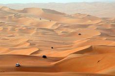 Для съемок нового фильма Джей Джей Абрамс предпочел Тунису пустыню Абу-Даби в Объединенных Арабских Эмиратах. Первые сцены трейлеров на пустынной планете Джакку снимались именно здесь.