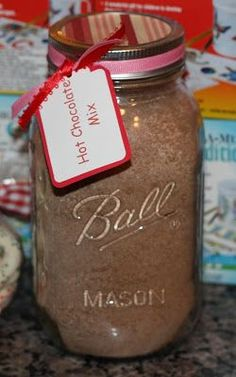 Christy: Homemade Hot Chocolate Mix: Here's a simple recipe: 4 c. nonfat dry milk powder, 1 c. sugar, 1 c. non-dairy coffee creamer, c. cocoa powder, 4 oz box of instant chocolate pudding. Add a tag with the instruction for t Homemade Hot Chocolate, Hot Chocolate Bars, Hot Chocolate Recipes, Chocolate Pudding, Chocolate House, Chocolate Powder, Mason Jar Meals, Mason Jar Gifts, Meals In A Jar
