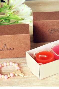 cajas kraft tipo caja de fosforo, conteniendo dos velitas mini perfumada y estampa #velas #bautismo #comunion #souvenir #caja #kraft Matilda, Container, Mini, Candles, Souvenir