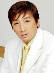 Hình ảnh ca sĩ Trường Vũ lịch lãm với vecton màu trắng, đây là bức ảnh đẹp nhất của anh, chàng ca sĩ lừng danh của Việt Nam