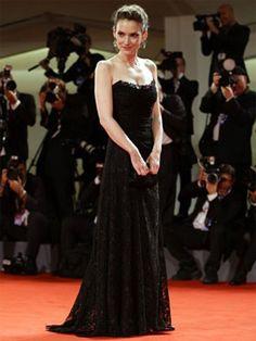 La actriz Winona Ryder apostó todo al negro sobre la alfombra roja del Festival de Venecia 2012, con un vestido de encaje de Dolce Muy sobria y elegante.