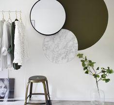 KARWEI | DIY creatief muuridee: cirkelwand | Het idee is om de wand drie cirkels met verschillende structuren en materialen te geven. Een cirkel in diepgroen, een cirkel van marmerfolie en een bestaande ronde vorm: de stalen spiegel. Bedroom Wall, Bedroom Decor, Wall Decor, Decor Room, Diy Wall, Interior Walls, Interior Design Living Room, Diy House Number Plaques, Half Painted Walls