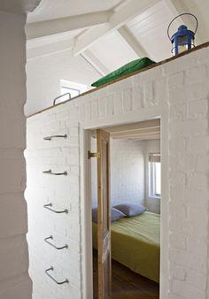 Chambre parentale blanche avec au-dessus une chambre en mezzanine pour les enfants