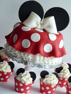 Minnie Mouse cake and cupcakes #mimissweetcakesnbakes #minniemouse #girlbirthdaycake #polkadots