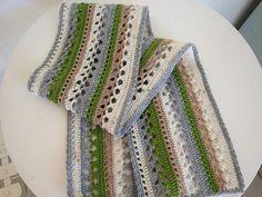 Para aquellas que como yo son amantes del crochet, llega este patrón de bufanda a crochet, muy bonito, ya que trae una figura de hojas en todo su largo. Espero que les guste la idea, a mi me pareció encantadora y muy delicada.Materiales:Hilo de crochet Aguja de crochet TijeraPaso a paso:Lo que debes hacer es se