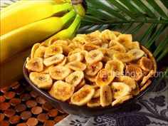 100 grams - 124 kcal Preparation: Bananas must be cleaned from the skins, then thinly slice. Sliced bananas lay on a baking tray lined with baking paper. To grease with a brush a mug of bananas olive oil. Bake in the oven at 180 degrees for about 15 minutes.