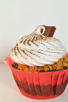 Smores CupcakesThis isfirst of two s'mores cupcake posts.I searched high and low for the perfect recipe and finallynarrowed it down to two – but I j More Cupcakes, Wedding Cakes With Cupcakes, Cupcake Cookies, Cupcake Recipes, Snack Recipes, Cupcake Ideas, Dessert Recipes, Snacks, Unique Desserts