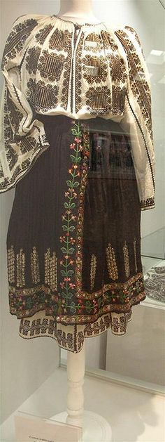 Romanian costumes Mehedinti area, XIX-XX centuries. Folk Embroidery, Embroidery Fashion, Floral Embroidery, Embroidery Patterns, Costumes Around The World, Ethnic Design, Ethnic Dress, Folk Costume, Traditional Dresses