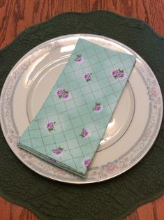 Cloth Dinner Napkins -Green and Violet - Vintage Design - Handmade - Eco Friendly Cloth Dinner Napkins, Plates, Trending Outfits, Unique Jewelry, Tableware, Handmade Gifts, Vintage, Etsy, Licence Plates