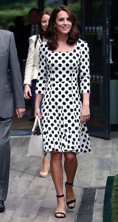 Kate Middleton wear Dolce & Gabbana at Wimbledon 2017. #wimbledon #kate #middleton #style #outfit #dress #moda #estilo #vestido #polka #dots #poá #estampa #print