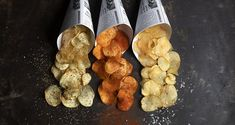 Homemade potato chips by the Greek chef Akis Petretzikis! A quick and easy recipe for handmade, crispy potato chips with 3 different flavors! Greek Recipes, Raw Food Recipes, My Recipes, Healthy Recipes, Delicious Recipes, Healthy Food, Foods That Contain Gluten, Good Food, Yummy Food