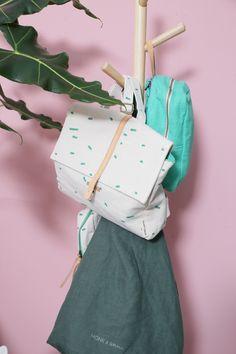 De schattige schooltasjes van Monk & Anna zijn een mooie verpakking voor lunchpakketjes, maar ze hangen ook leuk aan de kapstok. Niet onbelangrijk!  Je vindt de tassen in Loods 5 Amersfoort en Zaandam!  #loods5 #monkenanna #rugzak #backpack #backtoschool #loods5inhuis #home #interior #interieur #wonen #styling #wooninspiratie