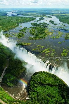 7 Natural Wonders of the World Victoria falls- Zambia & Zimbabwe, Africa. But the date is important to see the waterfall in full beauty! Nature Green, All Nature, Chutes Victoria, Places To Travel, Places To See, Beautiful World, Beautiful Places, 7 Natural Wonders, Beau Site